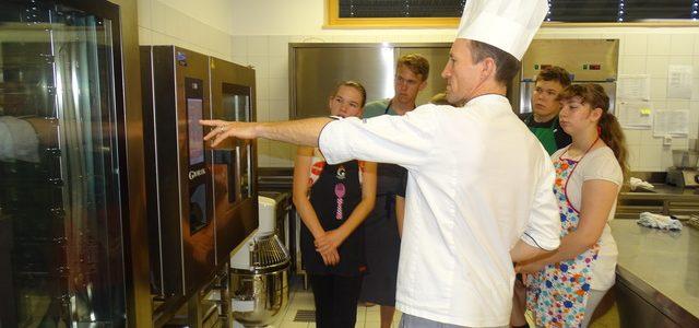 Spoznavali delo v šolski kuhinji